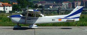 Cessna 172 en parking de LESO