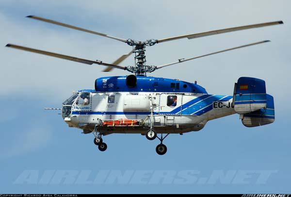 Ka-32 operado por Helisureste, transporta un bambi bucket (para cargar agua) en la cesta izquierda.