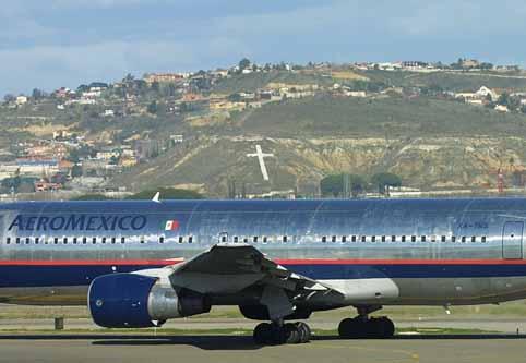 Fotografía de un B762 y la cruz de Paracuellos, por Marlo Plate en Airliners.net