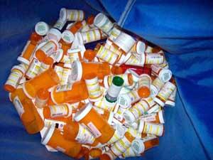 Botes de medicamentos tirados a la basura
