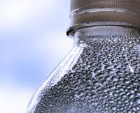 Vapor condensado en una botella de agua